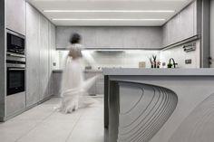 Indirekte LED Beleuchtung in der minimalistischen grauen Küche