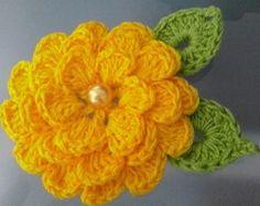 Flor de croche para aplique com 2 folhas