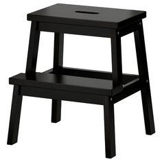 IKEA - BEKVÄM, Tritthocker, schwarz, Ein Tritthocker erleichtert es, Dinge zu erreichen, die oben im Regal aufbewahrt werden. Grifföffnung in der obersten Stufe - so lässt sich der Tritthocker einfach transportieren.