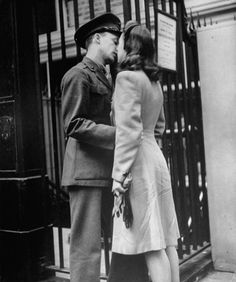 Alfred Eisenstaedt -couples sharing a last kiss before the soldiers departed for war, at Penn Station in 1943