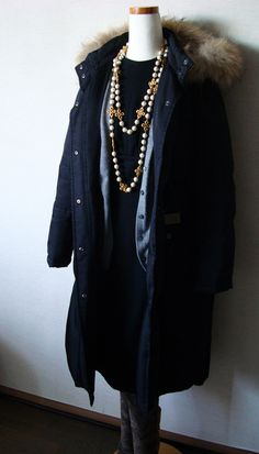 3-strand fake pearl neckleace over s sinple dark navy short-sleeved one piace. A down jacket is a must in this cold.