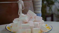 Receita com instruções em vídeo: Fazer marshmallow em casa é mais fácil, prático e gostoso do que você imagina! Ingredientes: 4 colheres de sopa de gelatina incolor, 1 xícara de água + 3/4 para calda, 4 xícaras de açúcar, Sal, 2 colheres de chá de extrato de baunilha, Gotas de corante de cor de sua preferência, 1 xícara de açúcar de confeiteiro