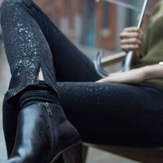 Distressed black jeans and black leather booties – just the thing for a rainy autumn day.