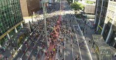 28 junho 2015 - Imagem aérea captada por um drone mostra a movimentação de ciclistas na avenida Paulista, durante a inauguração da ciclovia