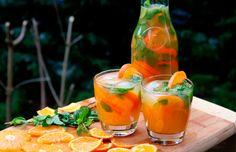 Receita de mojito de tangerina com cana. Receita de bebida gostosa, refrescante e bonita! Ideia de drink gelado com rum para festa com tema de tangerina, ou cor laranja. // +em casaecozinha.com :-)