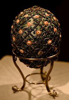 L'Œuf au treillis de roses de 1907 - Cet oeuf doit son nom en référence aux croisillons de diamants l'entourant. La surprise contenue à l'intérieur de l'oeuf, était une chaine de diamants où était suspendue une aquarelle miniature du TSAREVITCH ALEXIS peinte sur ivoire.