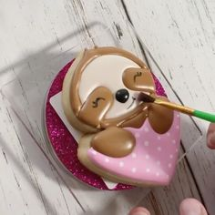 """Brooke Barroso on Instagram: """"The cutest sloth cookie you ever did see! 💕🥰 . . 🎥: @cakeitwithjustin . . . #cookies #cookievideos #decoratedcookies #sugarcookies…"""" Otters Cute, Cute Sloth, Royal Icing Cookies, Sugar Cookies, Flood Icing, Cute Baby Sloths, Baby Animals, Cute Animals, Cookie Videos"""