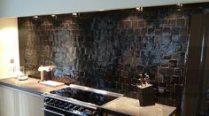 Keukenwand in zelliges. Exterior Design, Interior And Exterior, Handmade Tiles, Black Kitchens, Beautiful Kitchens, Terracotta, Floors, Most Beautiful, New Homes