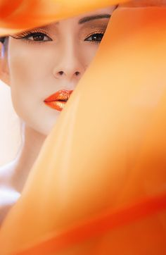Belleza en naranja / Beauty in orange. Jaune Orange, Orange Yellow, Orange Color, Orange Sherbert, Orange Shades, Orange Twist, Top Makeup Artists, Orange You Glad, Orange Fashion