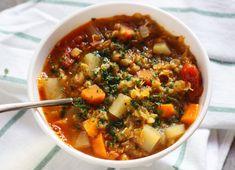 Illatos, fűszeres leves, ami átmelenget a hűvös őszi napokon. Szeretem a vöröslencsét, mert sokkal hamarabb elkészül, mint a hagyományos. Nem kell éjszakára beáztatni, sőt, főzni sem, elég leforrázni és 10-15 perc alatt megpuhul. Szeretem salátákhoz adni, vagy így ősszel, levest főzni belőle.A… Vegetarian Recipes, Healthy Recipes, Healthy Food, Chili, Soup, Vegan, Cooking, Sweet Stuff, Healthy Foods