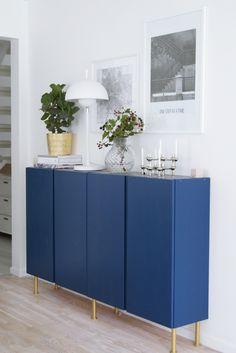 Godmorgon! Jag får fortfarande väldigt mycket frågor om mitt blå skåp i vardagsrummet, skåpet Ivar från IKEA, som jag målat blått & satt ben på. Jättekul verkligen att så m…