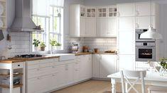 Stort, hvitt kjøkken med BODBYN kjøkkenfront i tradisjonell stil.