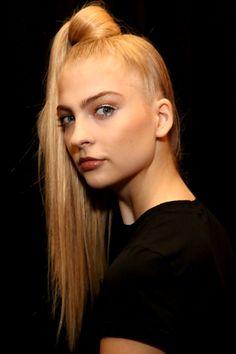 Tendências de beleza foram apresentadas durante a Semana de Moda de Nova York, nos EUA. O rabo de cabalo sobe e ganha o topo da cabeça para garantir look moderninho e despojado.