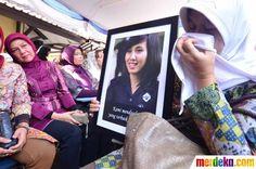 Keluarga korban menunjukkan foto kerabatnya yang menjadi korban kecelakaan Shukoi Superjet 100 yang jatuh di Gunung Salak Bogor.