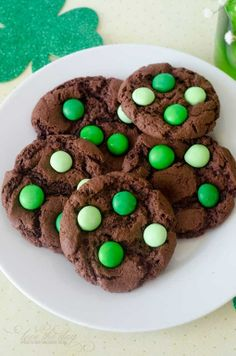 Go green this St. Paddy's Day with these St. Patrick's Day recipes, including my all time favorite Mint Chocolate Chip Cookies. Cookie Recipes, Dessert Recipes, Desserts, Cookie Ideas, Yummy Treats, Sweet Treats, Yummy Food, Fun Food, Mint Chocolate Chip Cookies