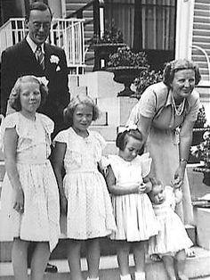 Prins Bernhard, Koningin Juliana en hun 4 dochters Beatrix, Irene, Margriet en Christina