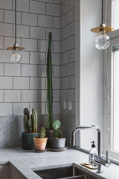 Hviitblogg.no kitchen with marble & metrotiles