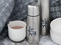Saaga Vacuum Flask | Pentik | The vacuum flask of Saaga (Saga) series keeps your drinks warm. The smaller flask (350 ml) is great for two persons enjoying coffee in the nature whereas the bigger (750 ml) is perfect for storing cocoa for your whole family.