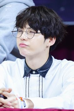 Min Yoongi (BTS) looking super adorable in 👓 Suga Suga, Jimin, Min Yoongi Bts, Bts Bangtan Boy, Bts Aegyo, Yoonmin, Foto Bts, Bts Photo, Rapper