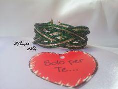 Bracciale rigido con intreccio fili di perle, colore verde e argento