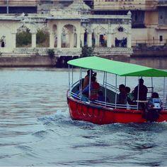 Promenade en bateau sur le lac Pichola https://www.getsholidays.fr/