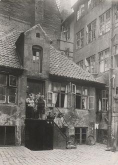 Børn opstillet på trappen i gården til Borgergade 67