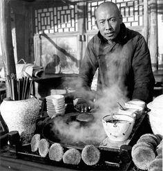 """記憶:老北京的小吃 著名攝影家海達·莫理循女士於1933年至1946年在北京居住;此間,她拍攝了數以千計的照片,這些作品系統地呈現出北京的建築和市民生活。這才是""""老北京味兒""""……那會兒也沒什麼食品..., 老北京的小吃"""