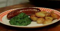 Ristepølse med grønlangkål og råstegte kartofler er en egnsret fra Bornholm, som Brødrene Price lavede da de besøgte solskinsøen. Du får opskriften her.