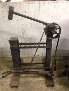 how to make a blacksmith power hammer Power Hammer Plans, Blacksmith Power Hammer, Blacksmith Forge, Metal Working Tools, Metal Tools, Old Tools, Iron Tools, Forging Tools, Forging Metal