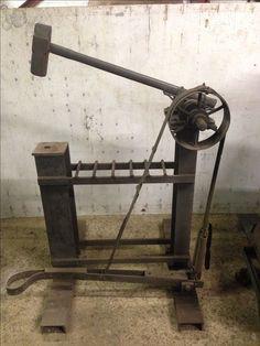 how to make a blacksmith power hammer Power Hammer Plans, Blacksmith Power Hammer, Blacksmith Forge, Forging Tools, Forging Metal, Metal Working Tools, Metal Tools, Iron Tools, Diy Forge