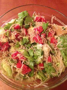 SALATA CARE POATE INLOCUI O MASA . Ingrediente: 2-3 rosii, 1 ardei verde, un fir de ceapa verde, jumatate de cana de taietei din faina integrala, 1 avocado bine copt, un pumn germeni de schinduf( eu ii iau de la Billa) , 3-4 frunze de salata verde, ulei de masline, sare