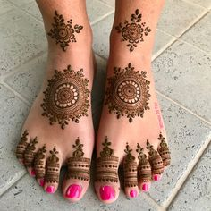 Foot Mehndi Design Easy and Simple 2019 Collection get from this site. You can easily apply this beautiful Feet mehndi design on your foot. Henna Hand Designs, Dulhan Mehndi Designs, Henna Tattoo Designs, Henna Tattoos, Mehndi Designs Finger, Latest Bridal Mehndi Designs, Legs Mehndi Design, Mehndi Designs For Beginners, Mehndi Designs For Girls