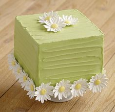 Learn how to create Fondant and Gum Paste Flowers in Course Cake Icing, Buttercream Cake, Fondant Cakes, Cupcake Cakes, Cupcakes, Rodjendanske Torte, Bolo Floral, Royal Icing Flowers, Cake Decorating Techniques