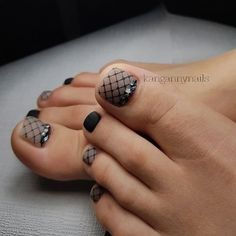 The advantage of the gel is that it allows you to enjoy your French manicure for a long time. There are four different ways to make a French manicure on gel nails. Pedicure Designs, Pedicure Nail Art, Toe Nail Designs, Toe Nail Art, Cute Toe Nails, Pretty Nails, Fishnet Nails, Hair And Nails, My Nails