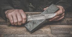 How to Sharpen a Knife Correctly Survival Knife, Survival Tips, Survival Skills, Blade Sharpening, Skinning Knife, Camping Survival, Custom Knives, Knives And Swords, Lame