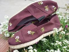 Camping can be great fun for people of any age. Using proper tips and advice allows you to have an enjoyable camping trip. Use these ideas to prepare for your outdoor adventure. Embroidery Flowers Pattern, Hand Embroidery, Patterned Jeans, Crochet Shoes, Painted Shoes, Linen Dresses, Camping Gear, Clothing Items, Refashion