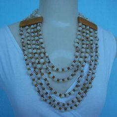 Maxi colar feito de sementes de açaí com contas e placas de madeira. R$ 15,00