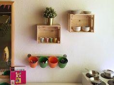 Un proyecto de maestra Floating Shelves, Home Decor, Plastic Dinnerware, Play Spaces, Wooden Crates, Cushions, Wall Mounted Shelves, Interior Design