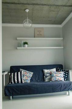 Nieotynkowany strop typu filigran;  Sofa:  Ikea Beddinge Lovas; Lampa: http://www.szklo-polskie.pl/pl/jasne/196-klosz-4057-jasny.html