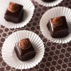 Petit Fours Bourbon-Brownie Petit Fours From toffee to truffles, these chocolate candy recipes make great gifts or party favors.Bourbon-Brownie Petit Fours From toffee to truffles, these chocolate candy recipes make great gifts or party favors. Chocolate Candy Recipes, Homemade Chocolate, Brownie Recipes, Chocolate Candies, Chocolate Tarts, Chocolate Food, Chocolate Truffles, Chocolate Brownies, Mini Cakes