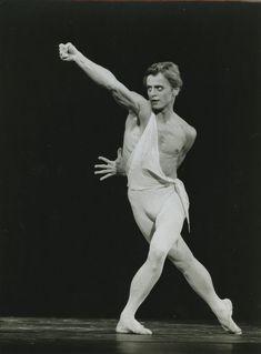 "Photo Originale Mikhail Baryshnikov ""Apollon"" Paris 1979 1980 | eBay Male Ballet Dancers, Ballet Boys, Ballet Vintage, Mikhail Baryshnikov, Photos Originales, Rudolf Nureyev, Photo Images, Misty Copeland, Human Poses"