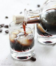 DIY: Homemade Kahlua - mix a batch of this up, pour into bottles and let it steep for a few weeks. This is a perfect make - ahead gift! Homemade Kahlua, Homemade Alcohol, Homemade Liquor, Homemade Vanilla, Homemade Gifts, Diy Gifts, Cocktail Drinks, Fun Drinks, Yummy Drinks