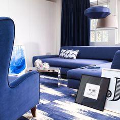 salon en bleu indigo, blanc et noir