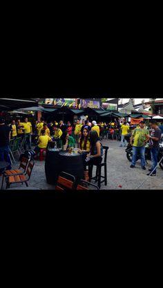 Foto: Sebastián Gómez  En la Bota del Día no hubo mesa vacía, todos los bares sintonizaban el partido mientras la selección apenas comenzaba a recuperarse del primer tiempo.