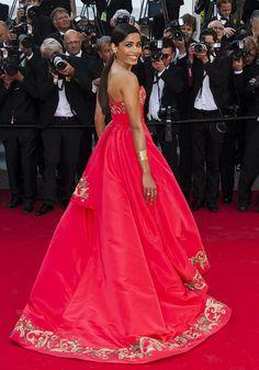 Freida Pinto fait sensation sur les marches de Cannes   2014   La jolie égérie l'Oréal Paris, Freida Pinto a marqué les esprits du palais des Festivals de Cannes grâce à sa robe bustier rouge, brodée de dorures. oscar de la renta
