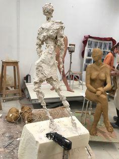 Het boetseren van levensgroot figuur naar model met klei op een armatuur door studenten beeldhouwkunst van het vijfde jaar. Studenten eerste tweede derde vierde en specialiserende beeldhouwers maakten kleine studies: gesloten houdingen, open...