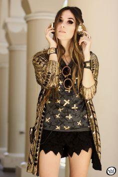 http://fashioncoolture.com.br/2013/11/02/look-du-jour-shine-on-you/