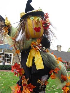 Witch with pumpkin head scarecrow Fall Scarecrows, Halloween Scarecrow, Halloween Trees, Halloween 2015, Halloween Crafts, Happy Halloween, Halloween Decorations, Holiday Crafts, Garden Whimsy
