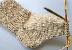 Sock knitting tutorial -- YES. I really want to knit my own socks! Crochet Socks, Knitted Slippers, Knit Or Crochet, Knit Socks, Slipper Socks, Comfy Socks, Knitting Stitches, Knitting Socks, Knitting Help