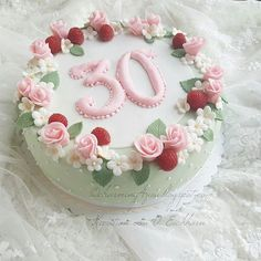 Heute hatte ich die Möglichkeit noch eine Schönheit zu backen.. #torte #backen #backing #cake #instfood #lecker #motivtorte #tortenkunst #fondantcakes #cakeart #cakedesing #fondant #rosen #blumen #bouquet #flowers #himbeer #fondanttorte #geburtstag #happybirthday #mint #rosa #feiern #celebrate #zucker #kuchen #birthday #birthdaycake #30